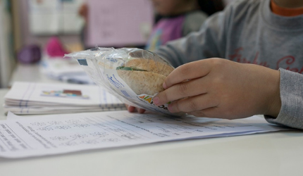 Distribution of healthy meals in schools located in vulnerable areas with the DIATROFI Program - Prolepsis Institute stands by students during the pandemic